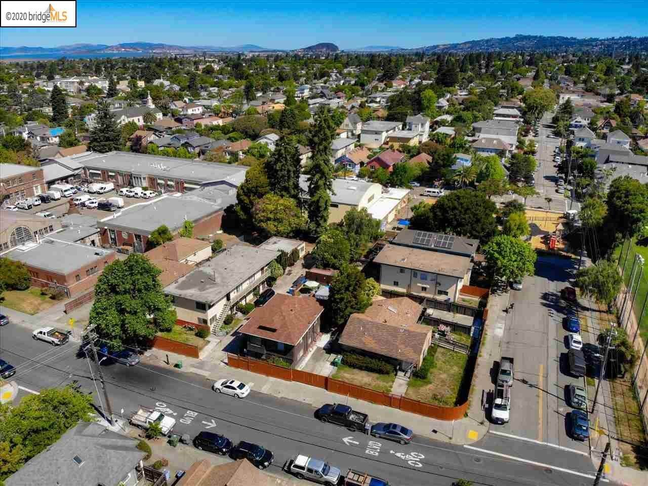 Multi-Family Homes por un Venta en 1743 Russell Street Berkeley, California 94703 Estados Unidos
