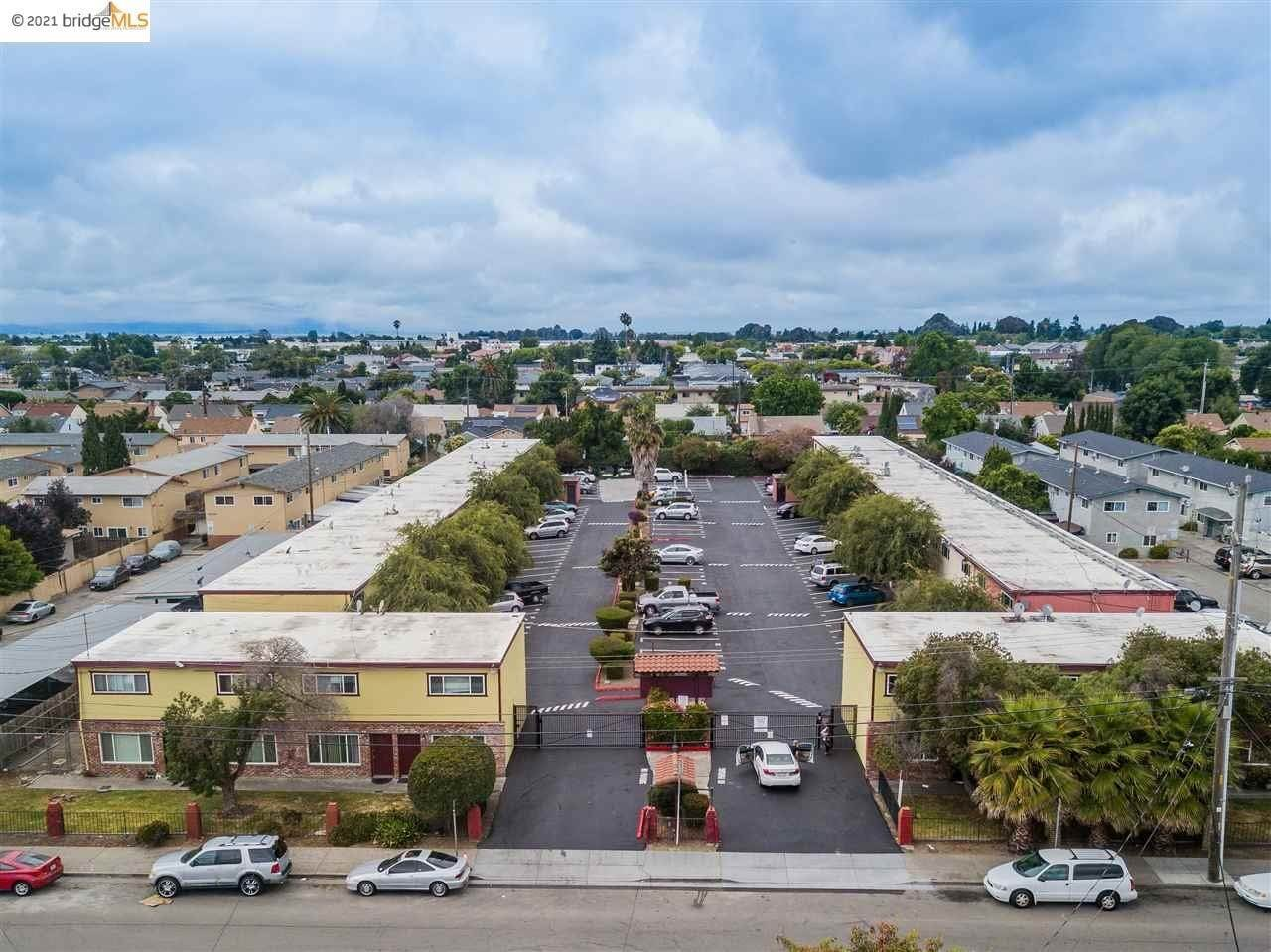 Multi-Family Homes pour l Vente à 22189 S Garden Avenue Hayward, Californie 94541 États-Unis