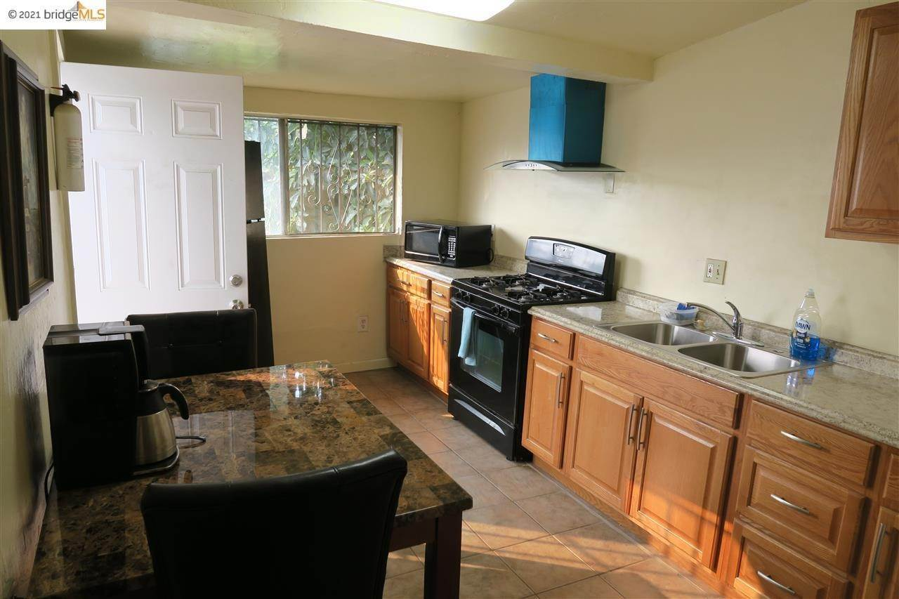 18. Single Family Homes for Sale at 1821 Chestnut Street Oakland, California 94607 United States