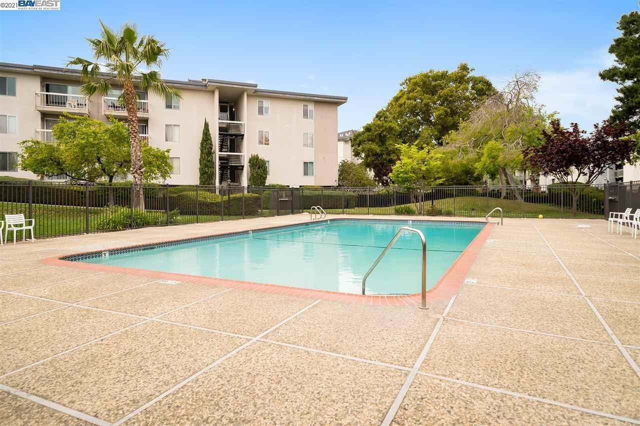 16. Condominiums for Sale at 960 Shorepoint Court Alameda, California 94501 United States