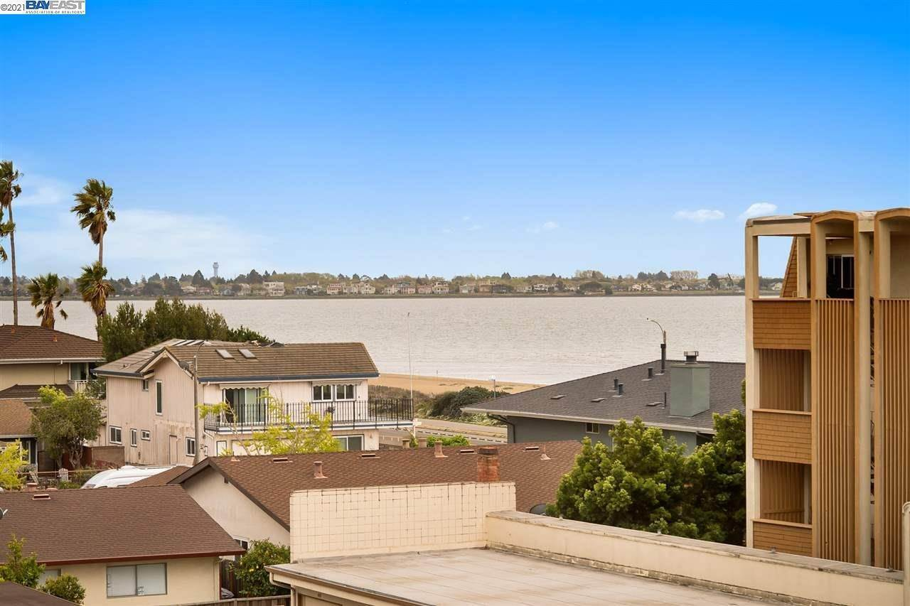 3. Condominiums for Sale at 960 Shorepoint Court Alameda, California 94501 United States