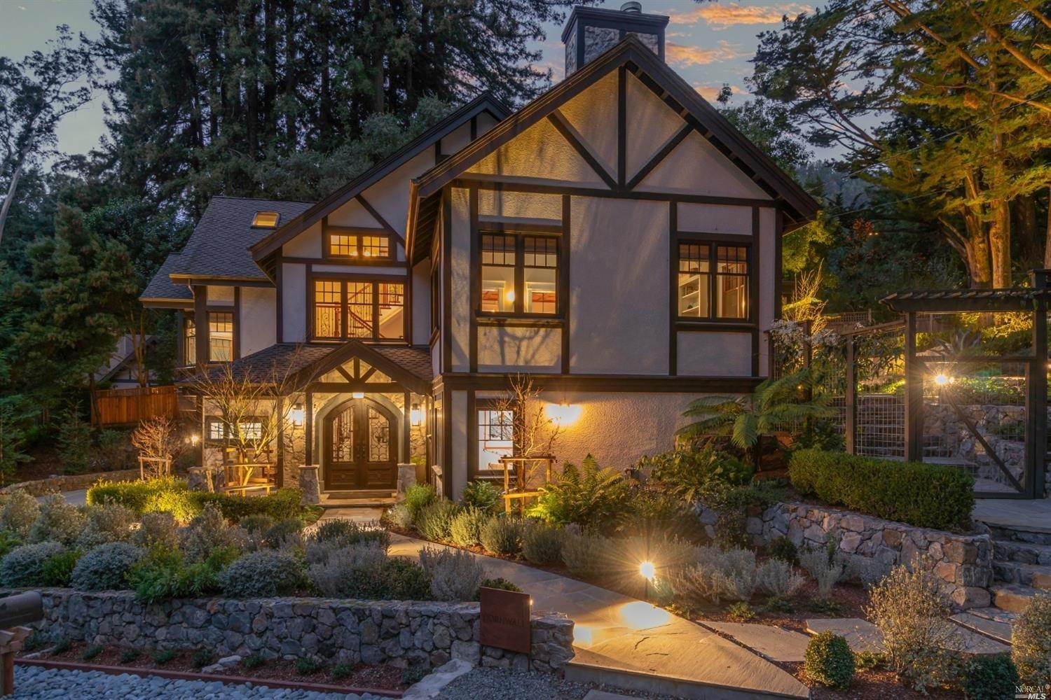 Single Family Homes pour l Vente à 1 Cornwall Street, Mill Valley Mill Valley, Californie 94941 États-Unis