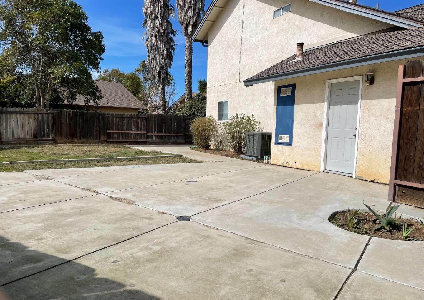 18. Single Family Homes for Sale at 413 Oakwood Court Los Banos, California 93635 United States