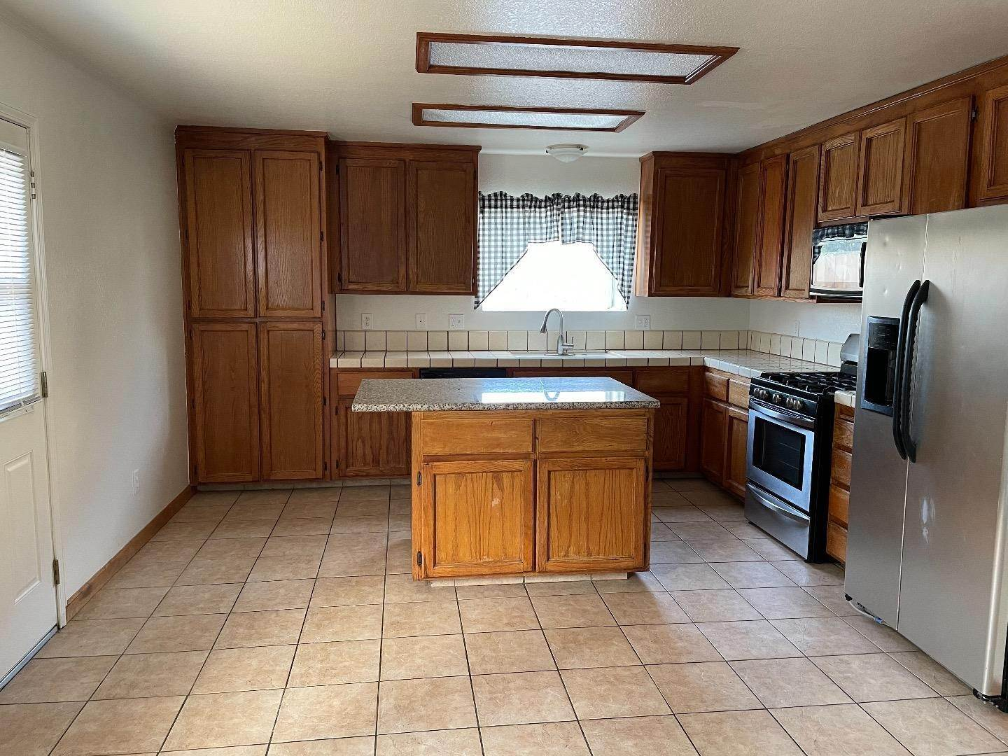 6. Single Family Homes for Sale at 413 Oakwood Court Los Banos, California 93635 United States