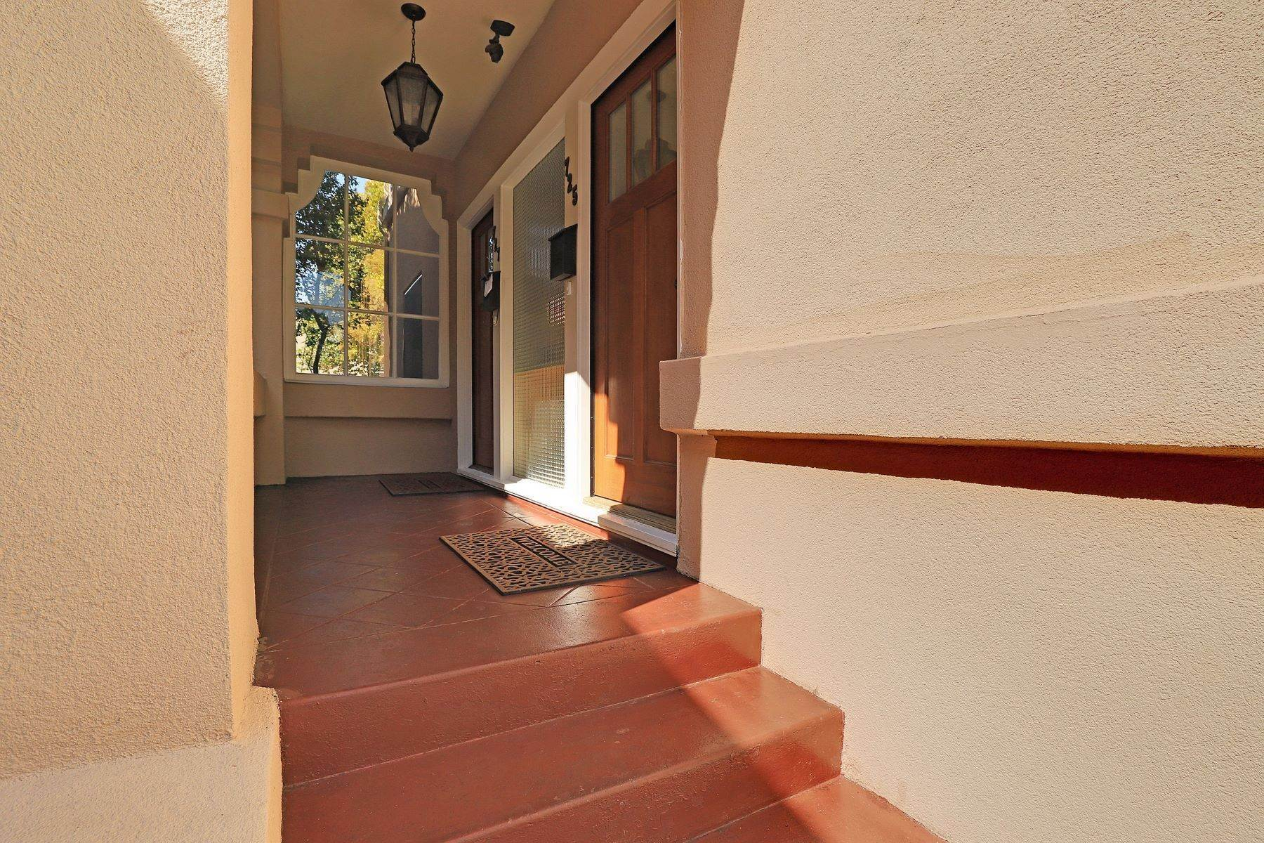 5. Multi-Family Homes for Sale at Inviting Sunlit Duplex 725 Haddon Place Oakland, California 94610 United States