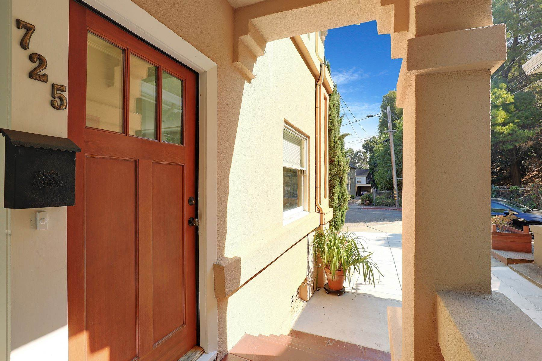 6. Multi-Family Homes for Sale at Inviting Sunlit Duplex 725 Haddon Place Oakland, California 94610 United States