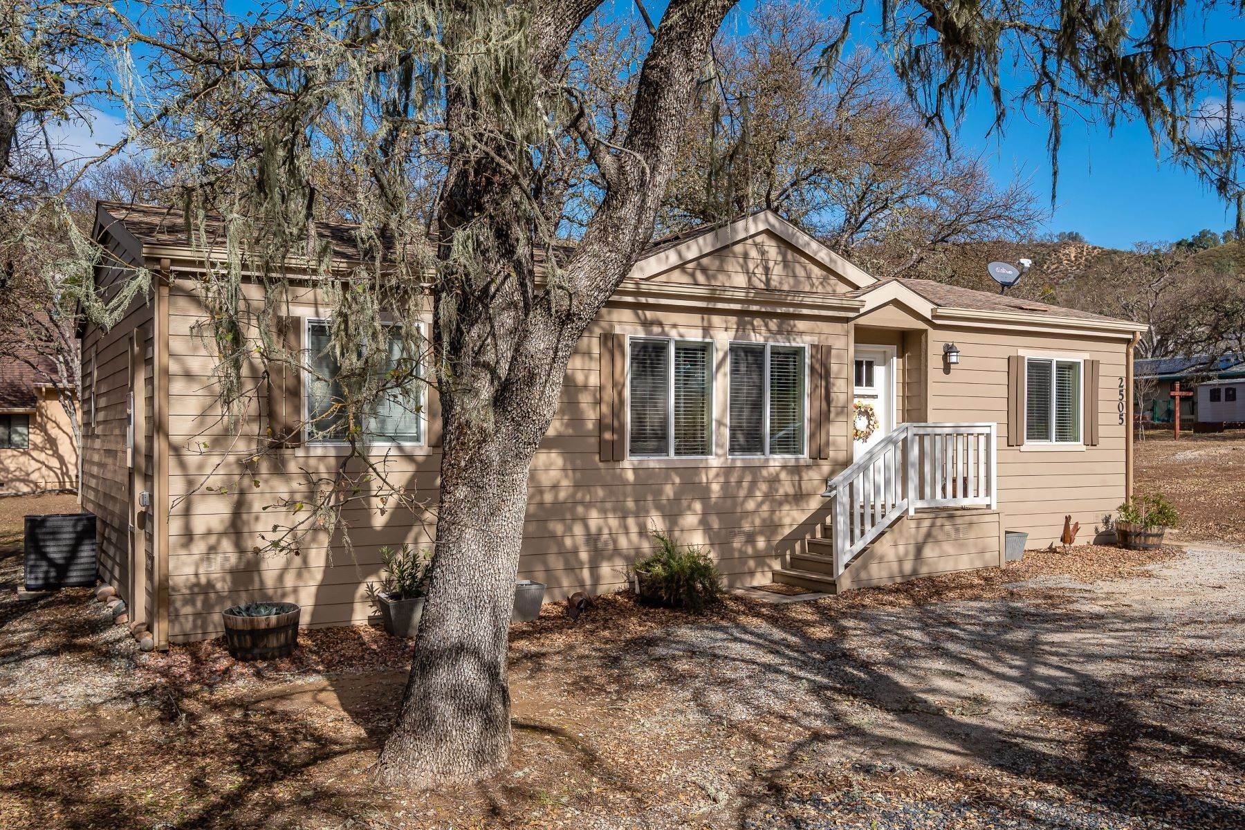 Single Family Homes 為 出售 在 Lake house living in the beautiful community of Oak Shores at Lake Nacimiento 2505 Shoreline Road Bradley, 加利福尼亞州 93426 美國