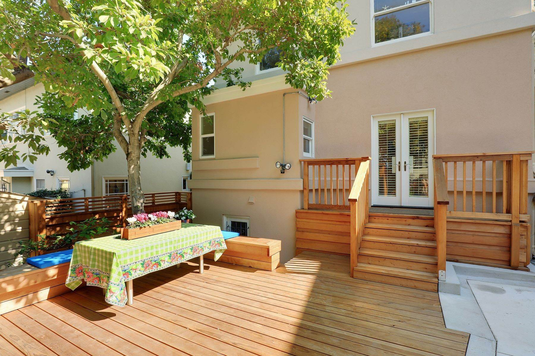 27. Multi-Family Homes for Sale at Inviting Sunlit Duplex 725 Haddon Place Oakland, California 94610 United States