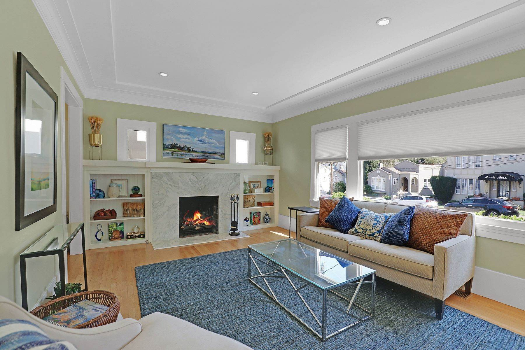 11. Multi-Family Homes for Sale at Inviting Sunlit Duplex 725 Haddon Place Oakland, California 94610 United States