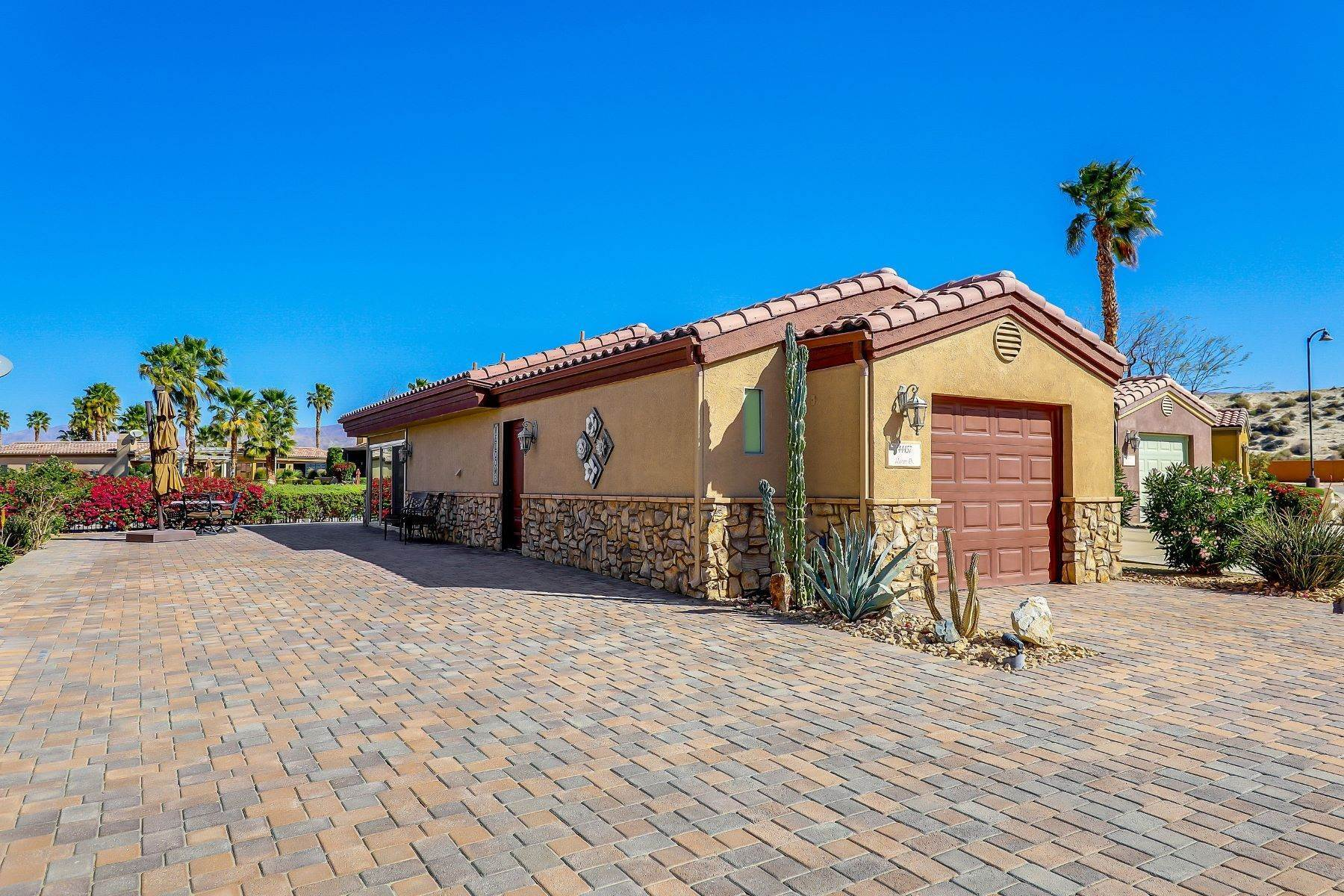 Single Family Homes por un Venta en Luxury Motor Coach Casita 44457 Masson Drive Coachella, California 92236 Estados Unidos