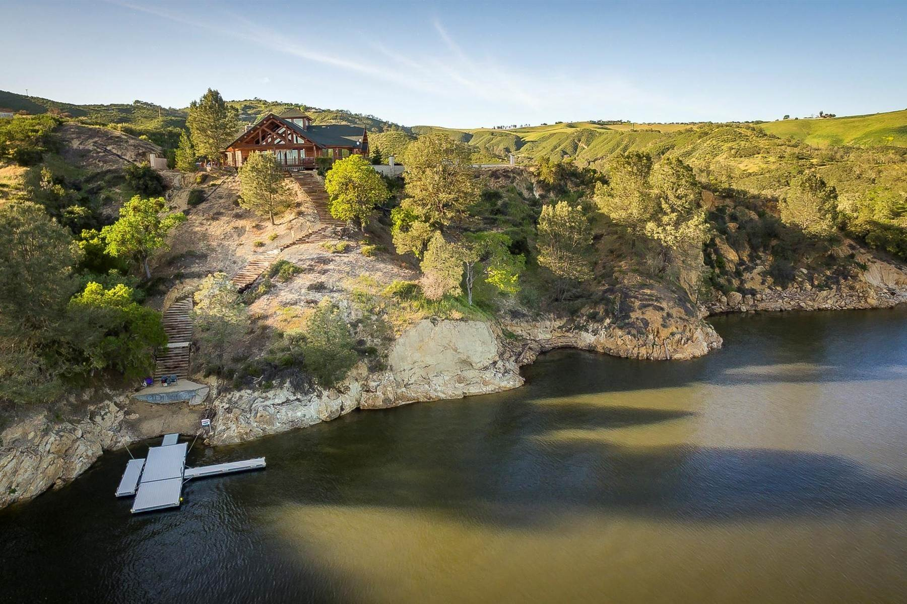 Single Family Homes 為 出售 在 Lake Nacimiento Dream Home 1555 Skylar Lane Bradley, 加利福尼亞州 93426 美國
