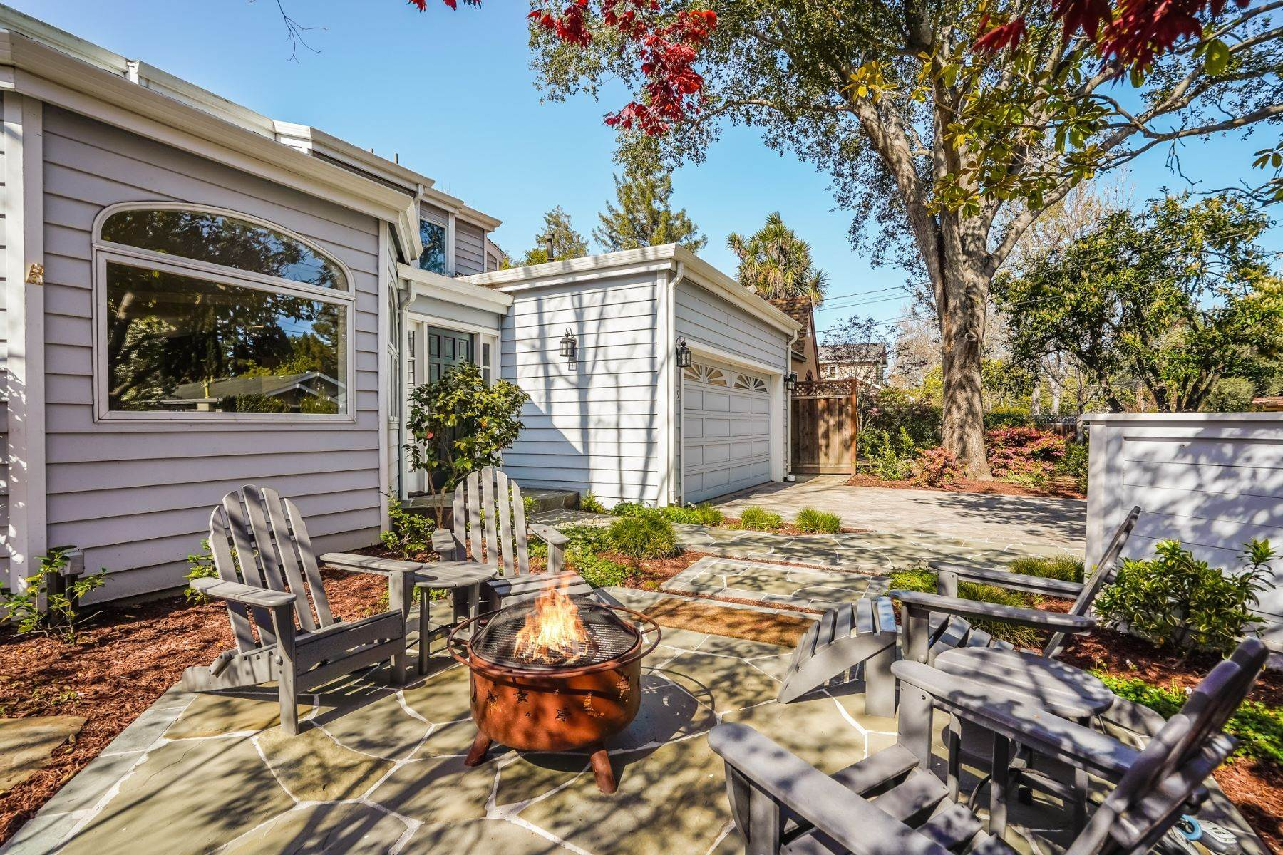 4. Single Family Homes for Sale at Comfortable living in Allied Arts, Menlo Park 309 University Drive Menlo Park, California 94025 United States