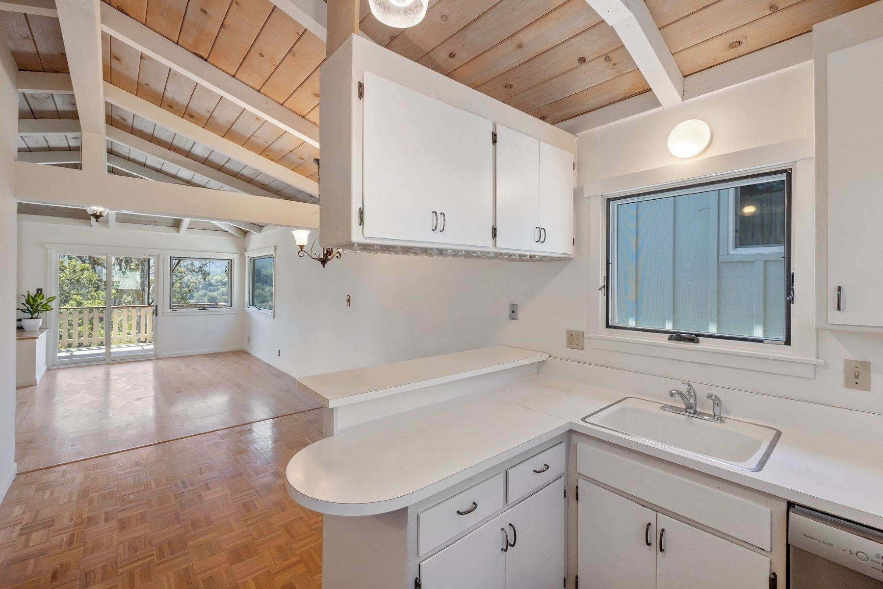 18. Single Family Homes for Sale at Adorable Fairfax Cottage 148 Ridgeway Avenue Fairfax, California 94930 United States
