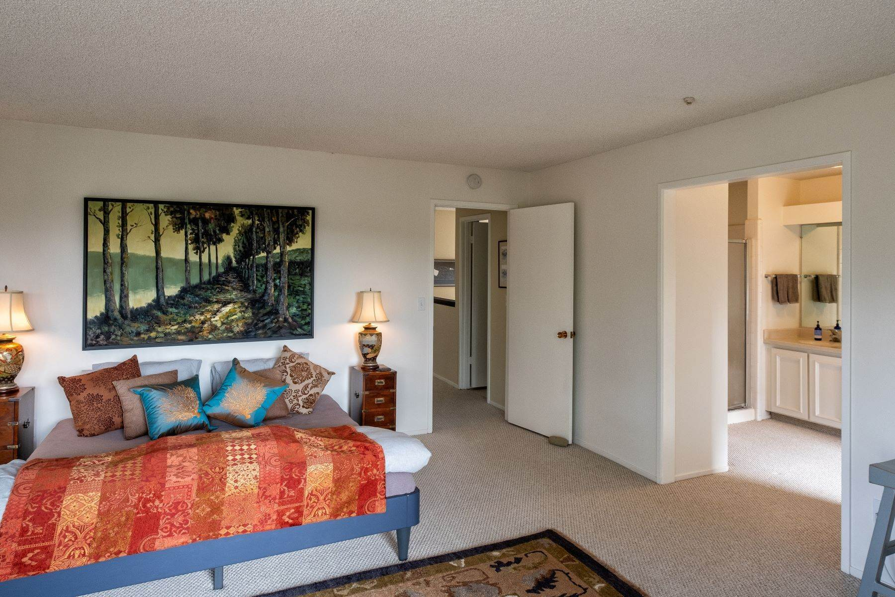 19. Condominiums for Sale at Luxury Townhome with Elevator 130 El Condor Court San Rafael, California 94903 United States
