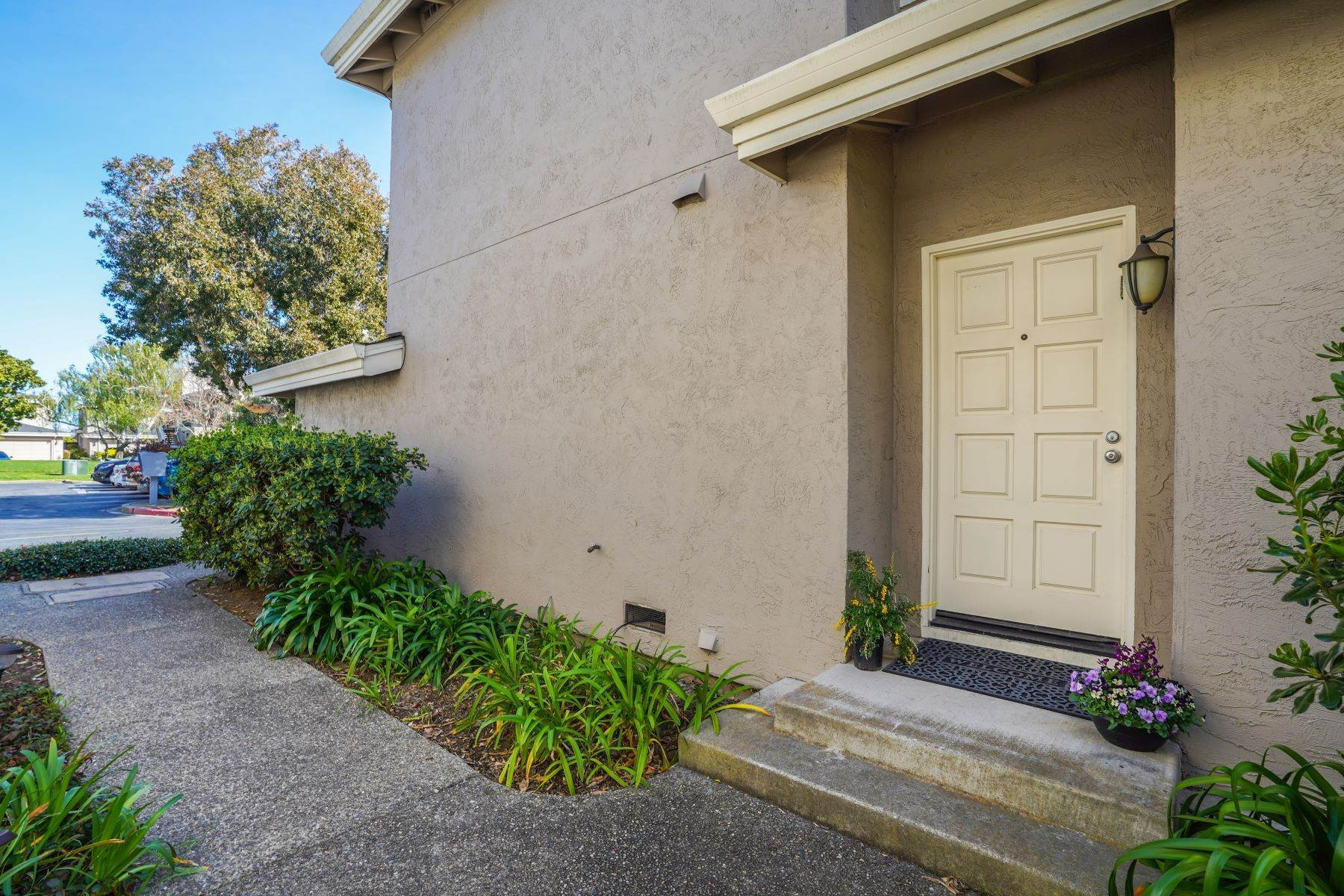 28. townhouses for Sale at Contemporary Townhome with Excellent Mid-Peninsula Location 126 Albacore Lane Foster City, California 94404 United States