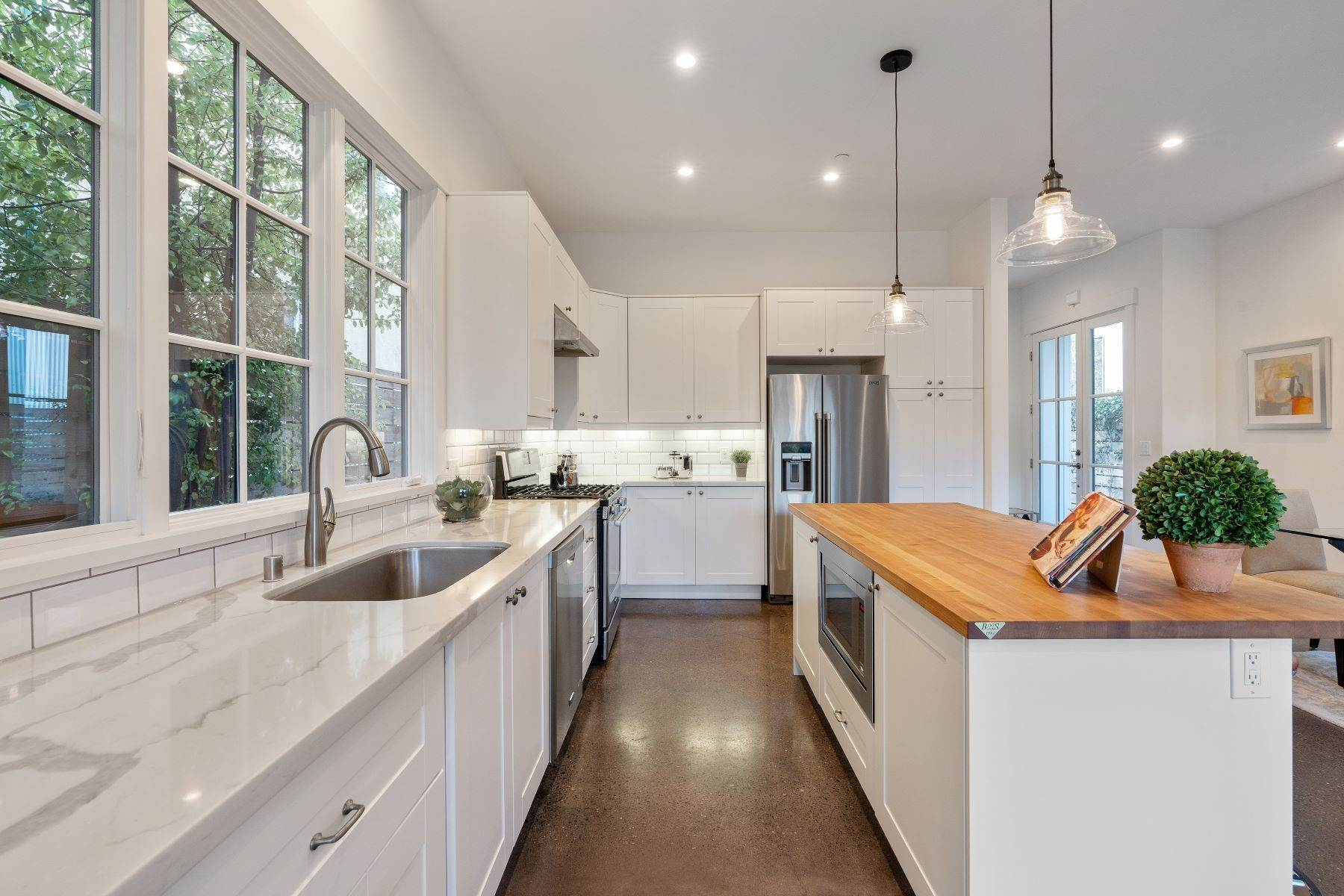 14. Single Family Homes for Sale at Modern Meets Comfort 888 59th Street Oakland, California 94608 United States