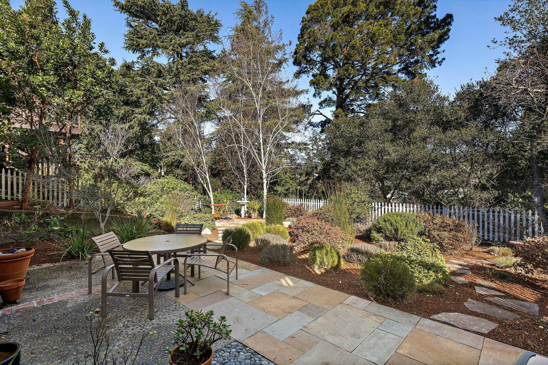 33. Single Family Homes for Sale at Updated Upper Rockridge Traditional 5454 Hilltop Crescent Oakland, California 94618 United States