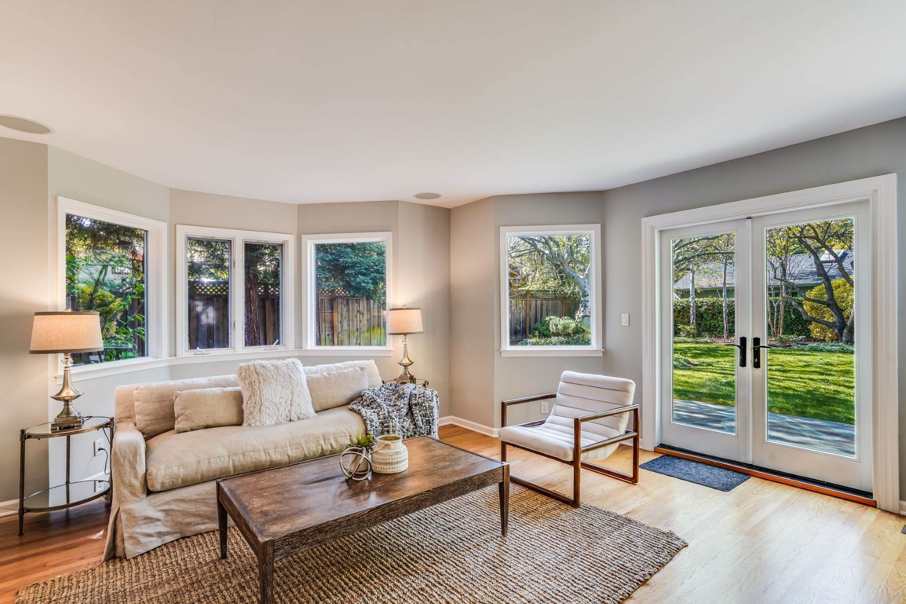 19. Single Family Homes for Sale at Comfortable living in Allied Arts, Menlo Park 309 University Drive Menlo Park, California 94025 United States