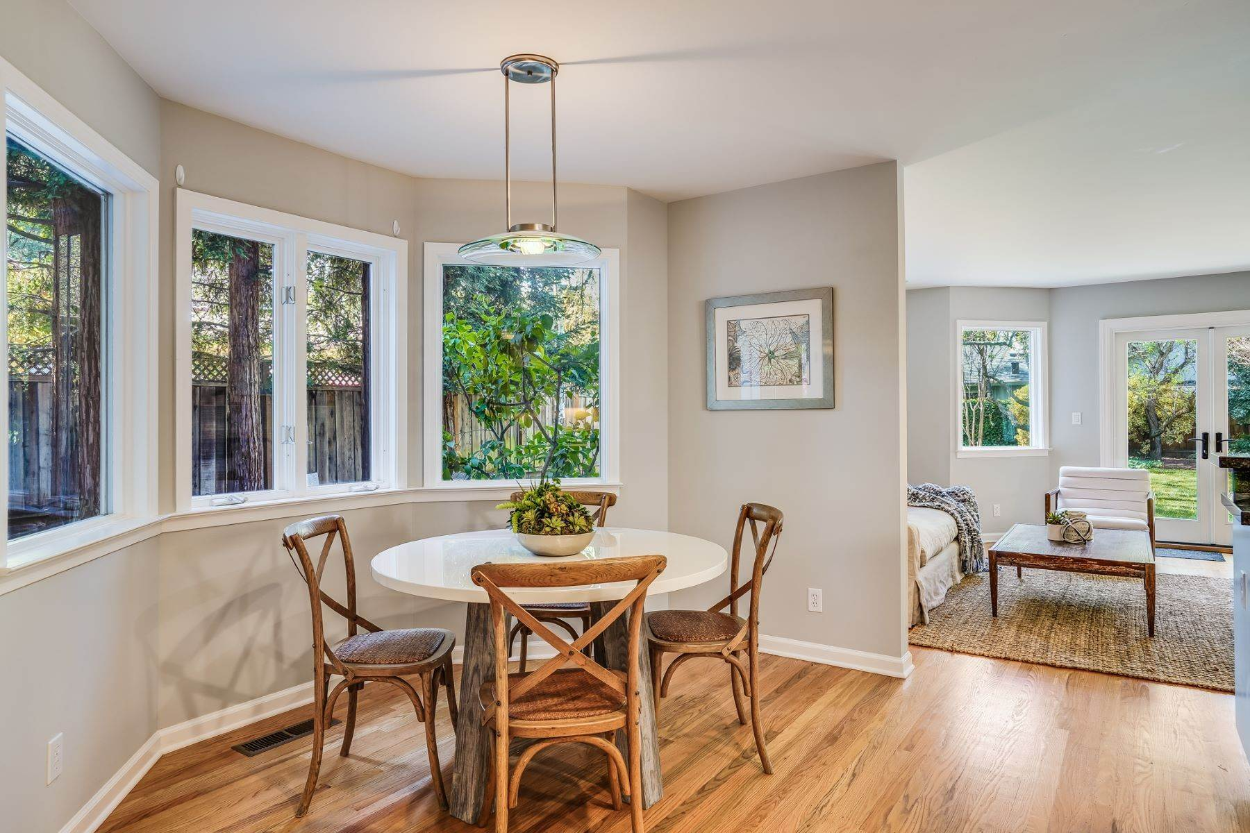 15. Single Family Homes for Sale at Comfortable living in Allied Arts, Menlo Park 309 University Drive Menlo Park, California 94025 United States