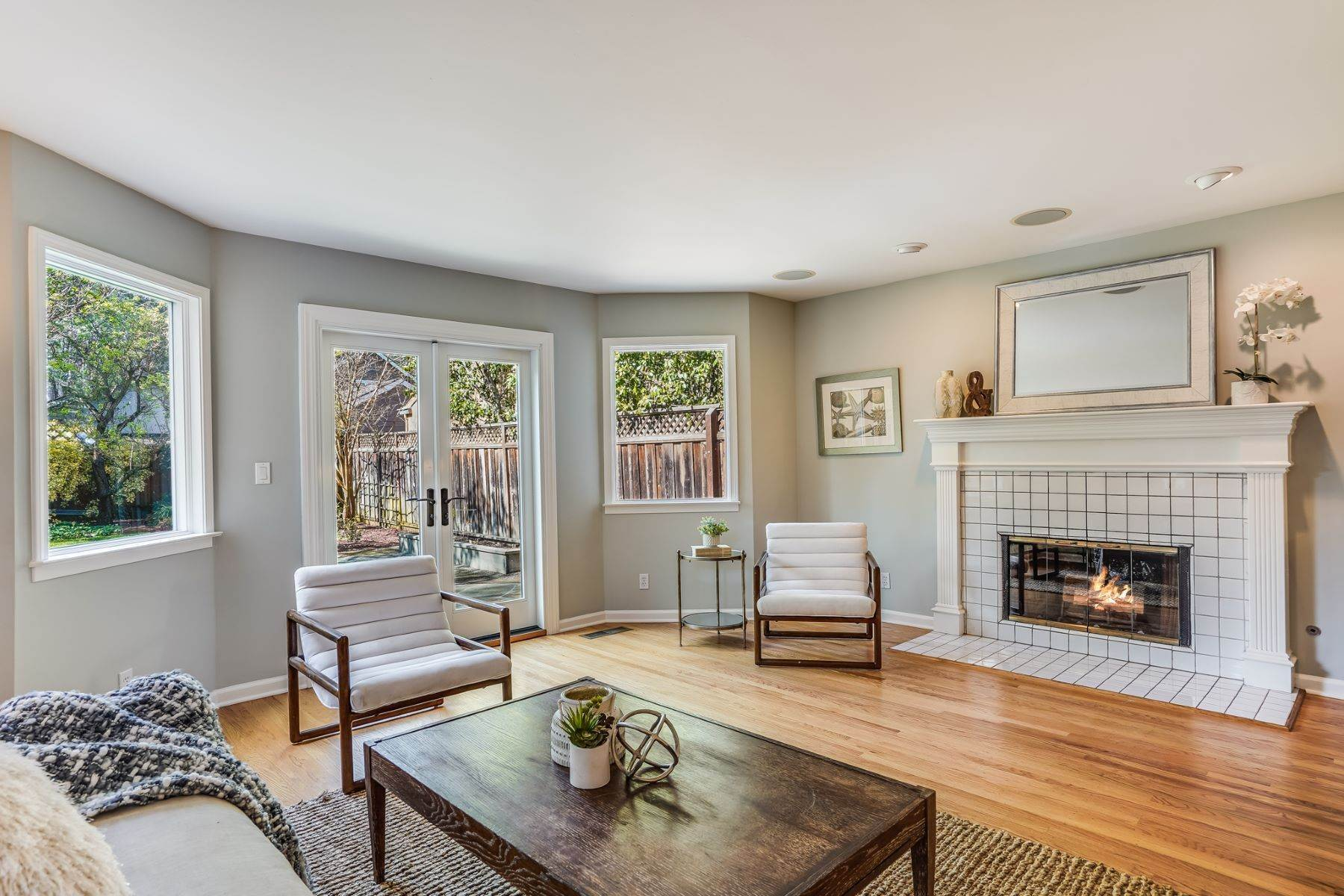 20. Single Family Homes for Sale at Comfortable living in Allied Arts, Menlo Park 309 University Drive Menlo Park, California 94025 United States