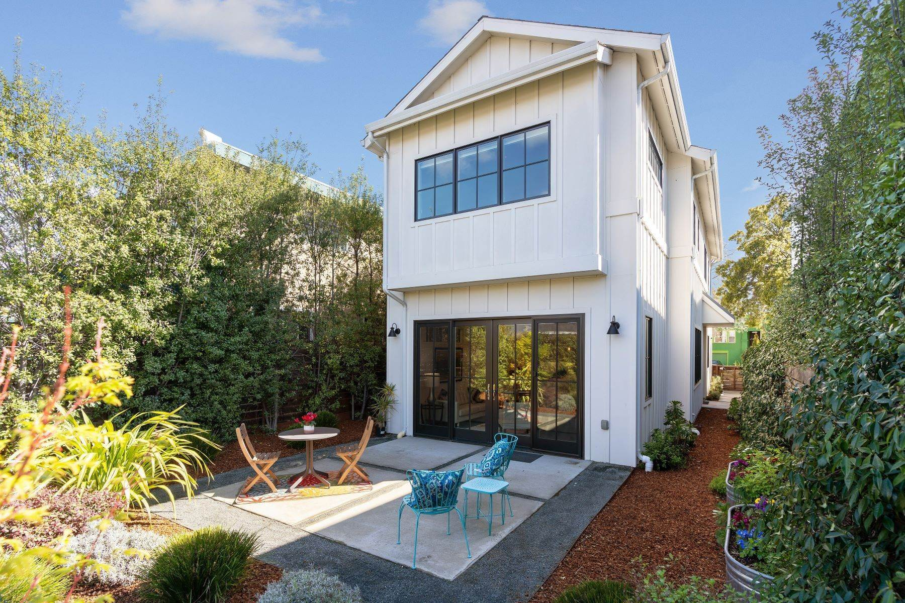 33. Single Family Homes for Sale at Modern Meets Comfort 888 59th Street Oakland, California 94608 United States