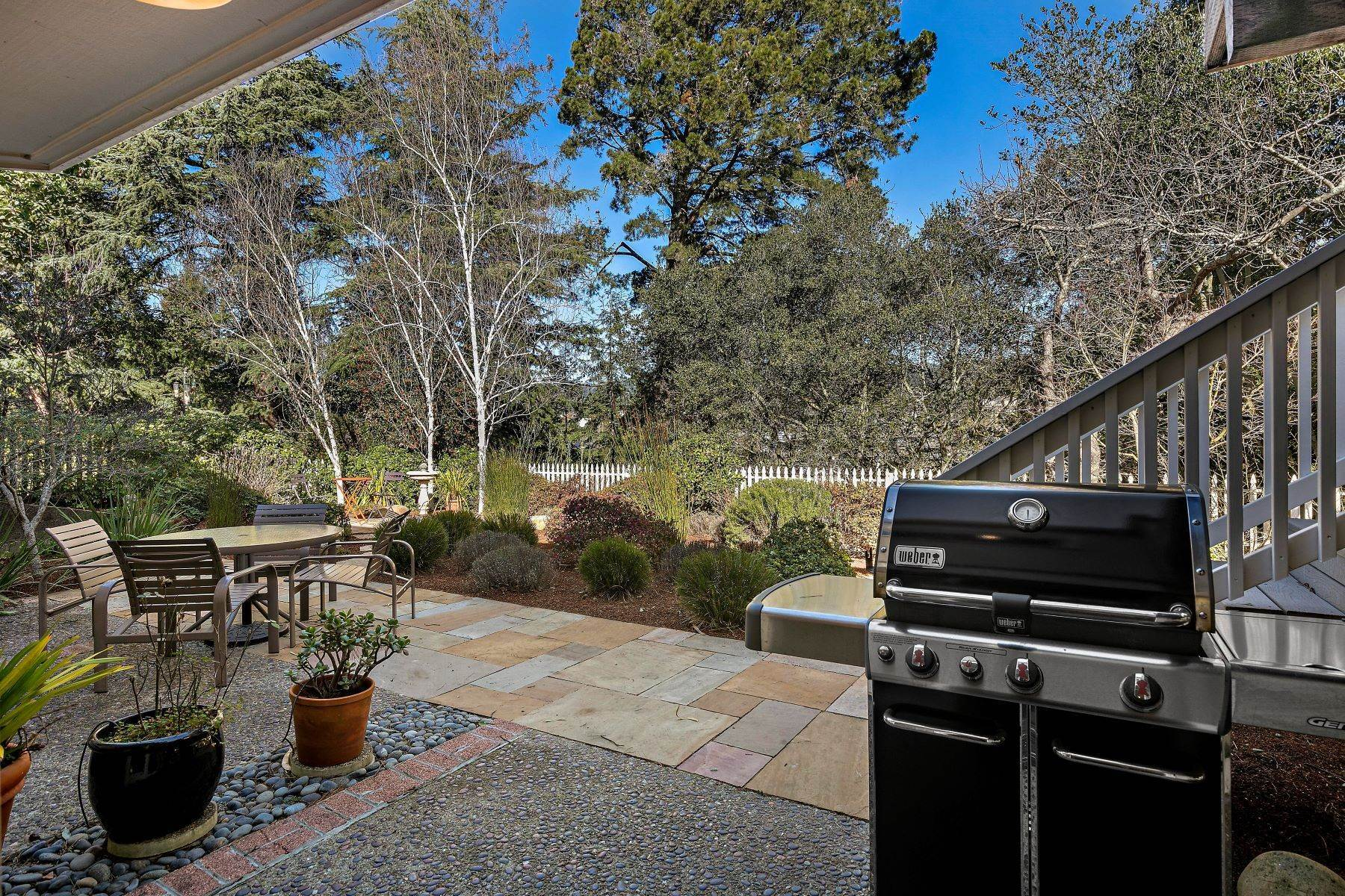 31. Single Family Homes for Sale at Updated Upper Rockridge Traditional 5454 Hilltop Crescent Oakland, California 94618 United States