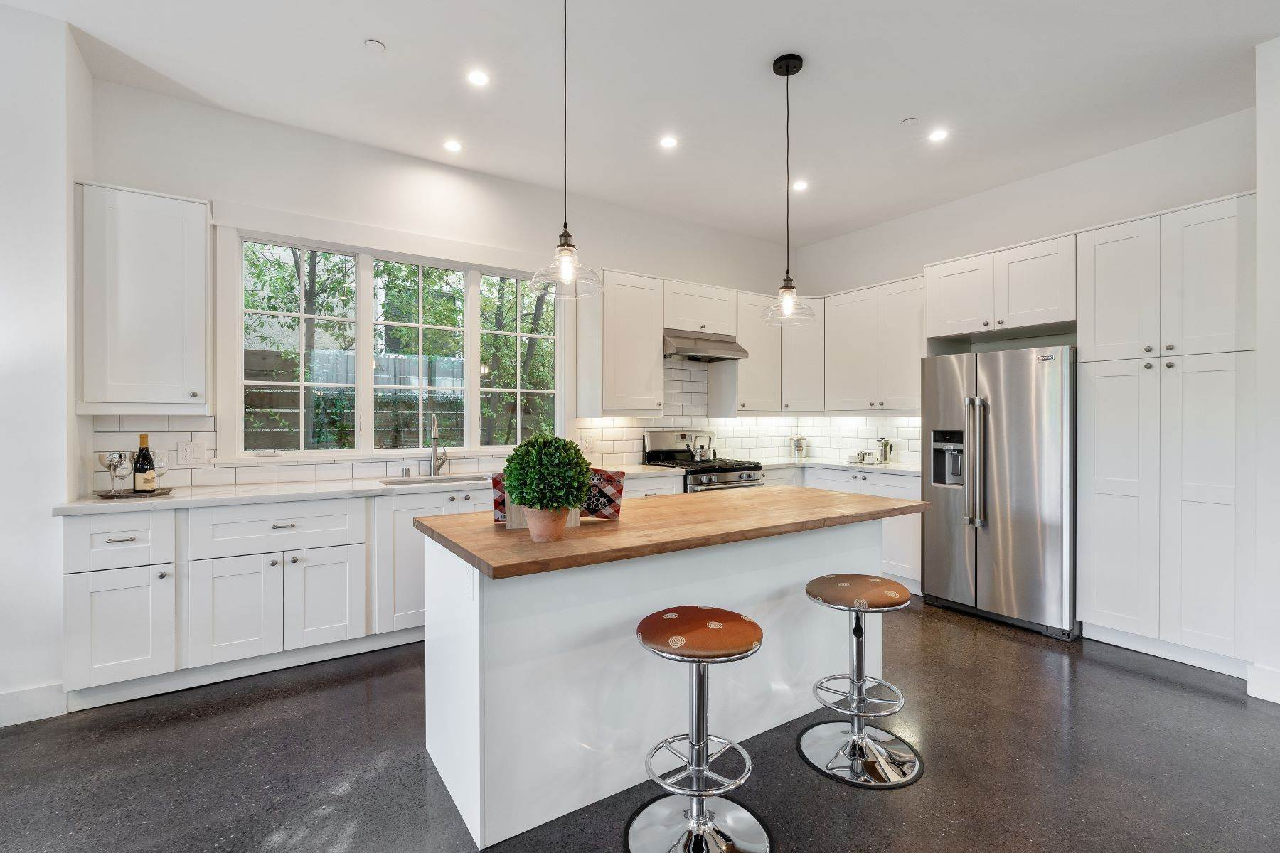 15. Single Family Homes for Sale at Modern Meets Comfort 888 59th Street Oakland, California 94608 United States