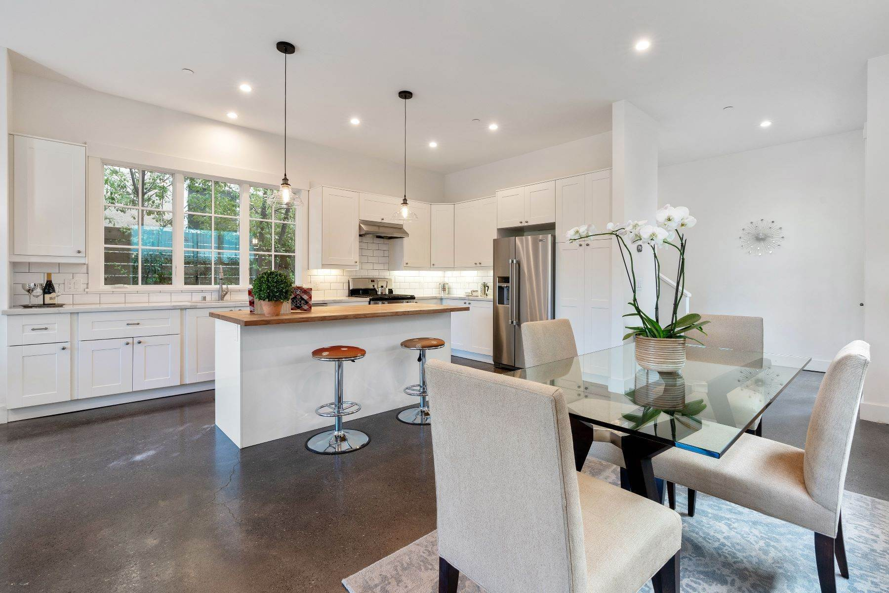 12. Single Family Homes for Sale at Modern Meets Comfort 888 59th Street Oakland, California 94608 United States