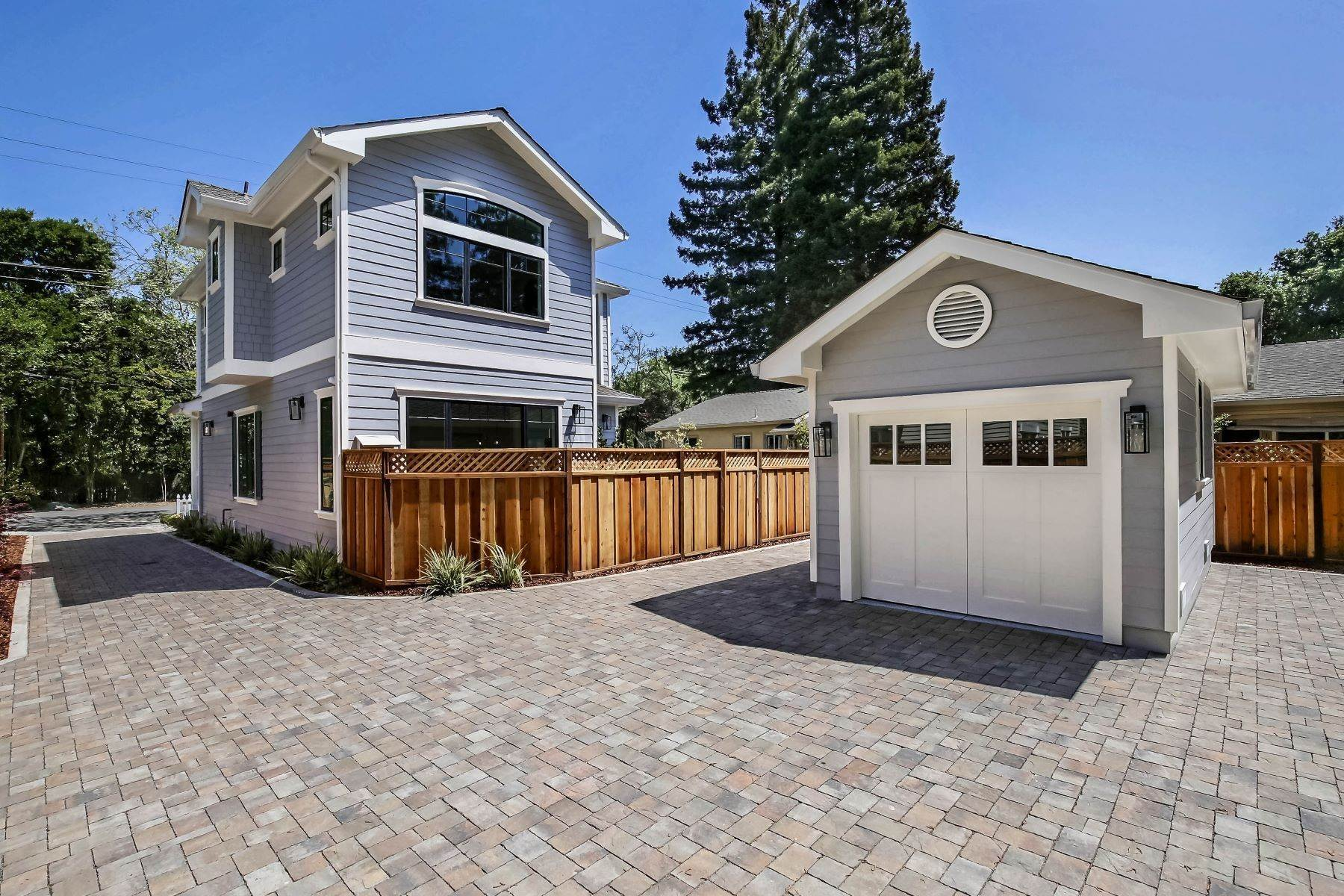 20. Single Family Homes for Sale at Living in the Heart of Menlo Park 1333 Laurel Street Menlo Park, California 94025 United States
