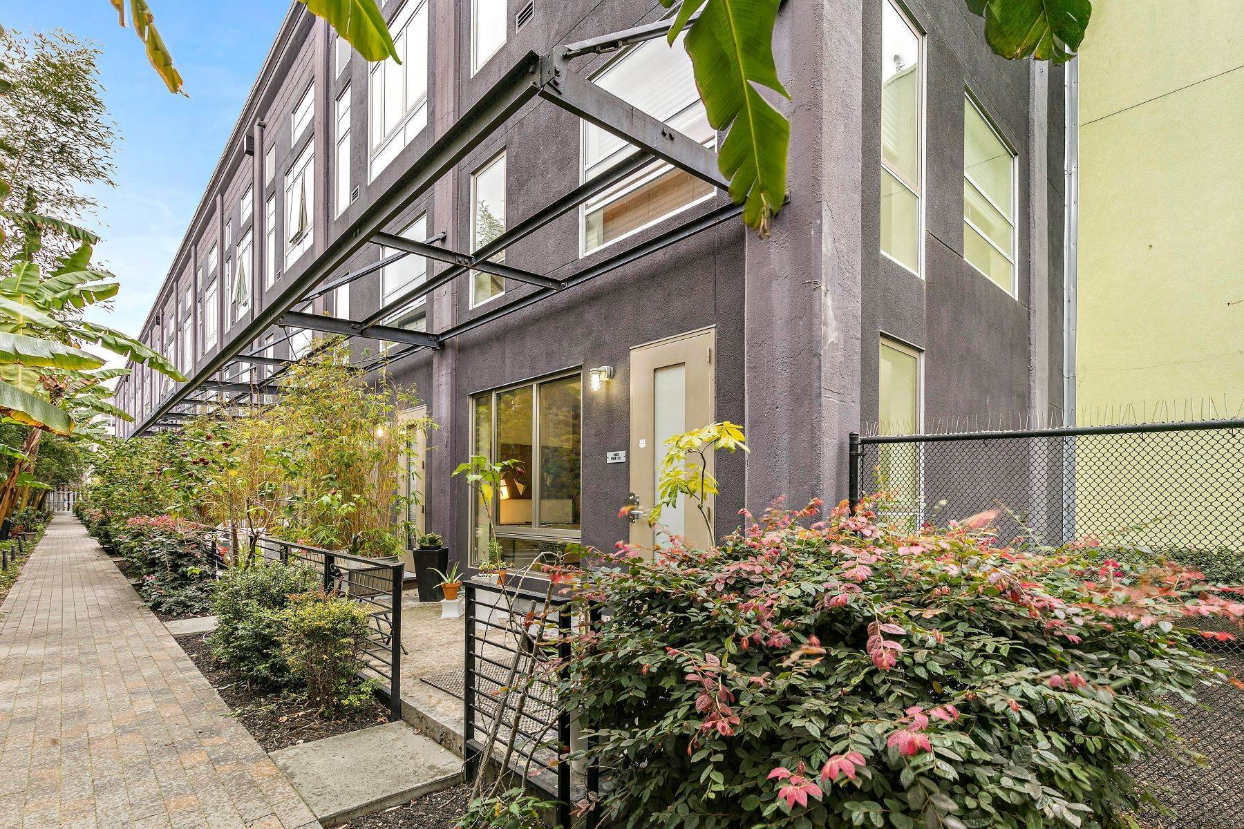 19. Condominiums for Sale at Beautifully Redesigned Rare Grove Loft 1225 Pine Street Oakland, California 94607 United States