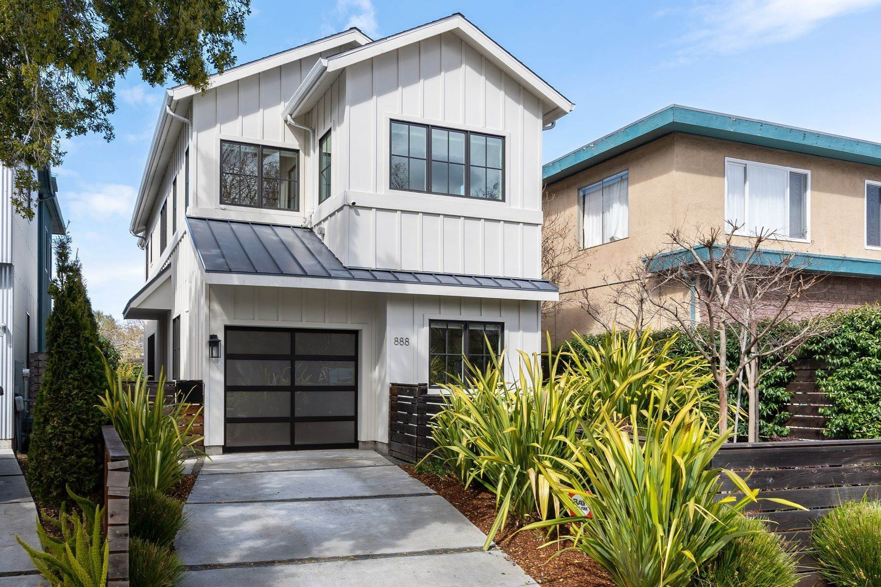 4. Single Family Homes for Sale at Modern Meets Comfort 888 59th Street Oakland, California 94608 United States