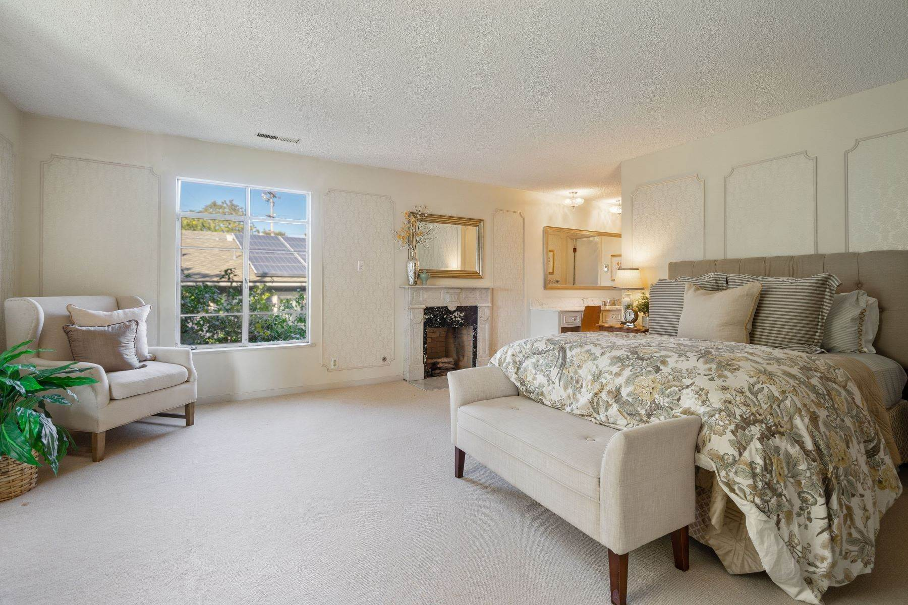 21. Single Family Homes for Sale at Arlington's Debonair Residence 1150 Arlington Boulevard El Cerrito, California 94530 United States