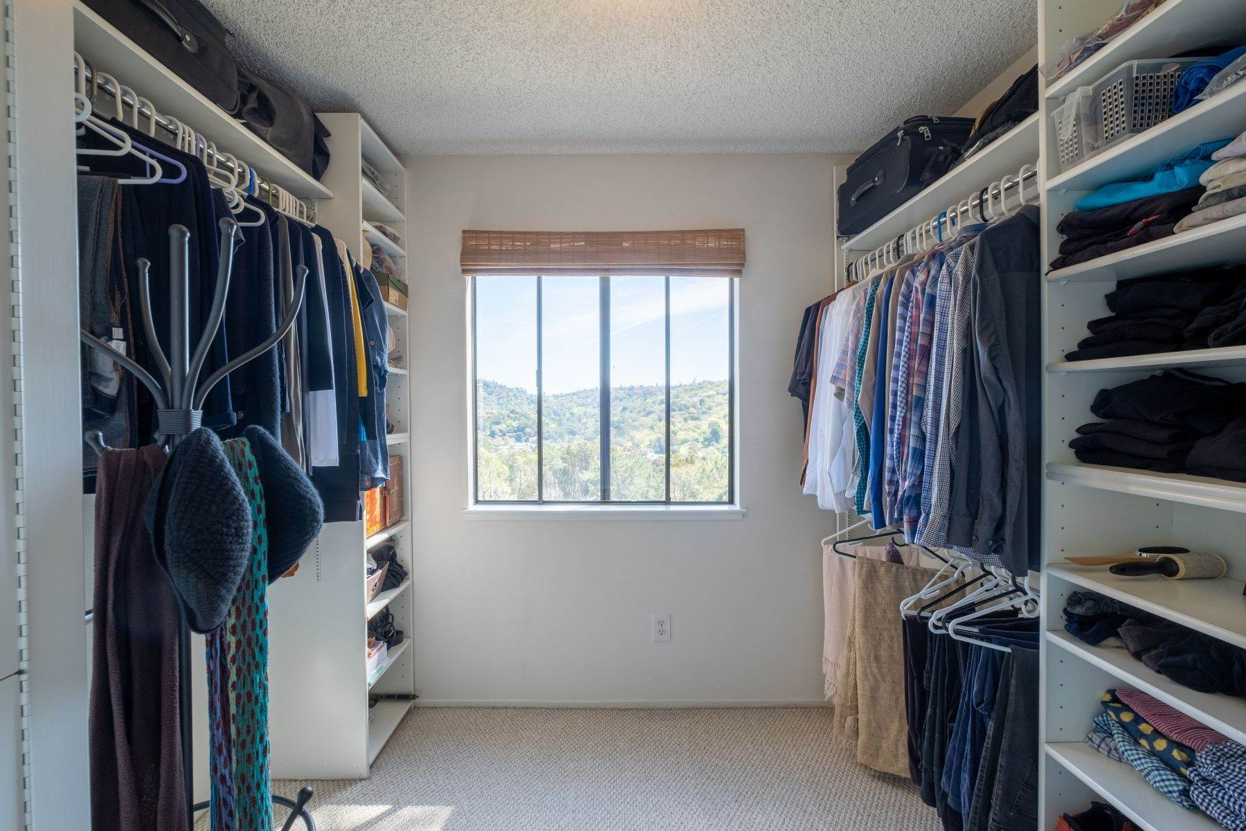 20. Condominiums for Sale at Luxury Townhome with Elevator 130 El Condor Court San Rafael, California 94903 United States