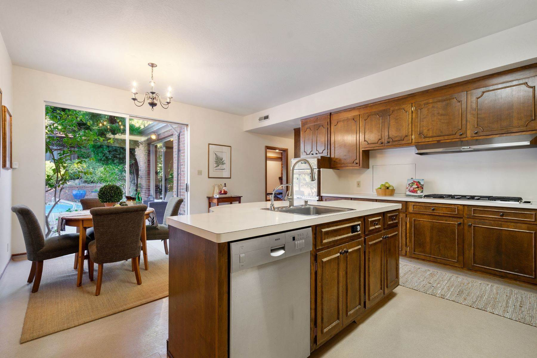 14. Single Family Homes for Sale at Arlington's Debonair Residence 1150 Arlington Boulevard El Cerrito, California 94530 United States