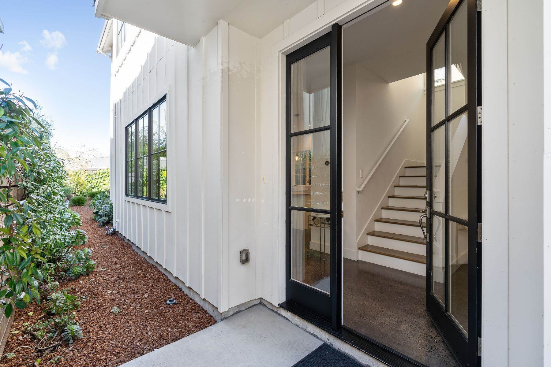 3. Single Family Homes for Sale at Modern Meets Comfort 888 59th Street Oakland, California 94608 United States