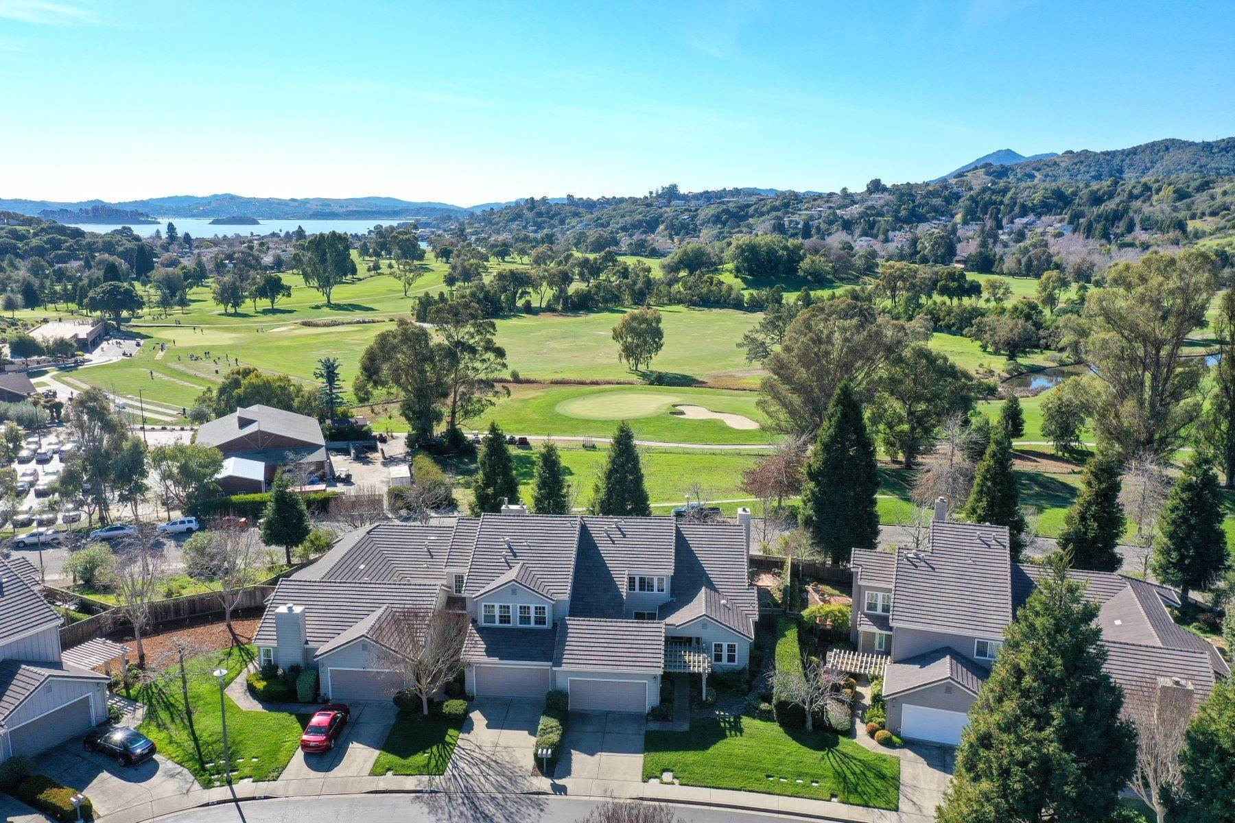 Condominiums für Verkauf beim Peacock Point: Simply Elegant with Delightful Golf Course Views 14 Partridge Court San Rafael, Kalifornien 94901 Vereinigte Staaten