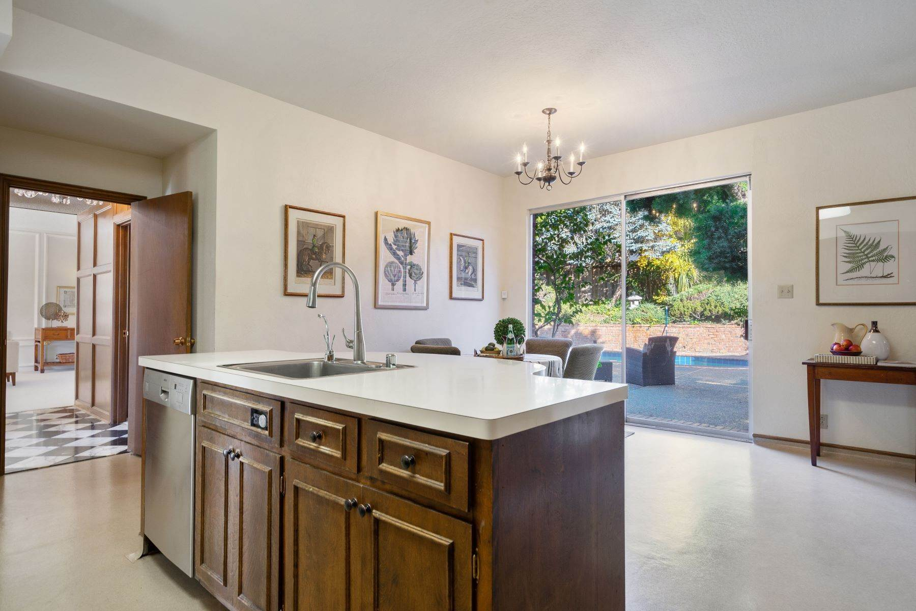15. Single Family Homes for Sale at Arlington's Debonair Residence 1150 Arlington Boulevard El Cerrito, California 94530 United States