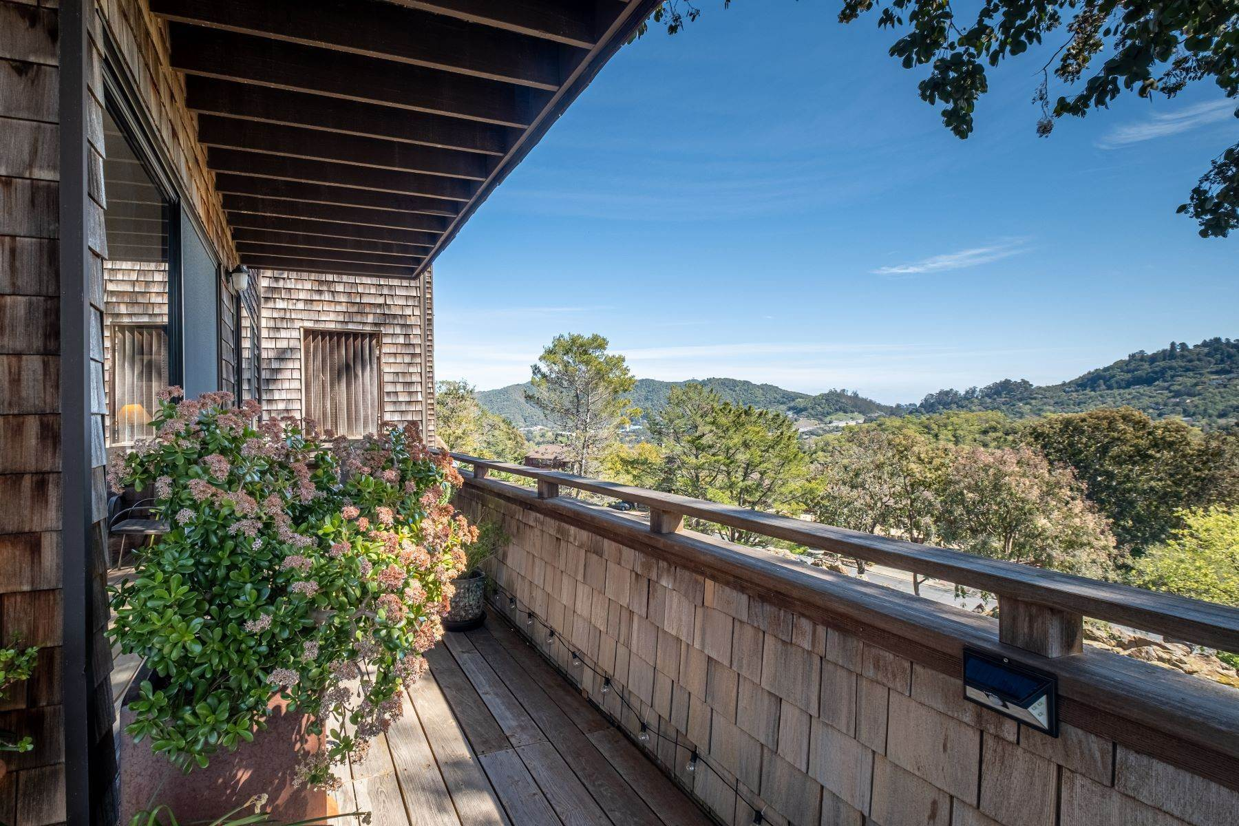 26. Condominiums for Sale at Luxury Townhome with Elevator 130 El Condor Court San Rafael, California 94903 United States