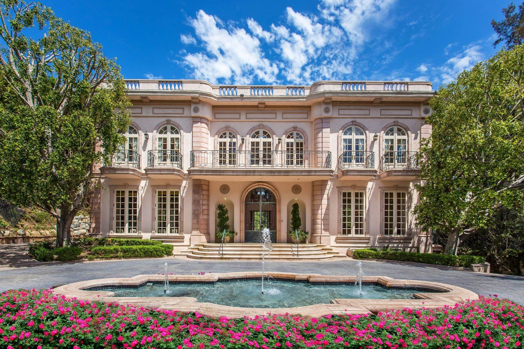 Single Family Homes 為 出售 在 Elegant Holmby Hills Estate 110 North Mapleton Drive 洛杉矶, 加利福尼亞州 90077 美國