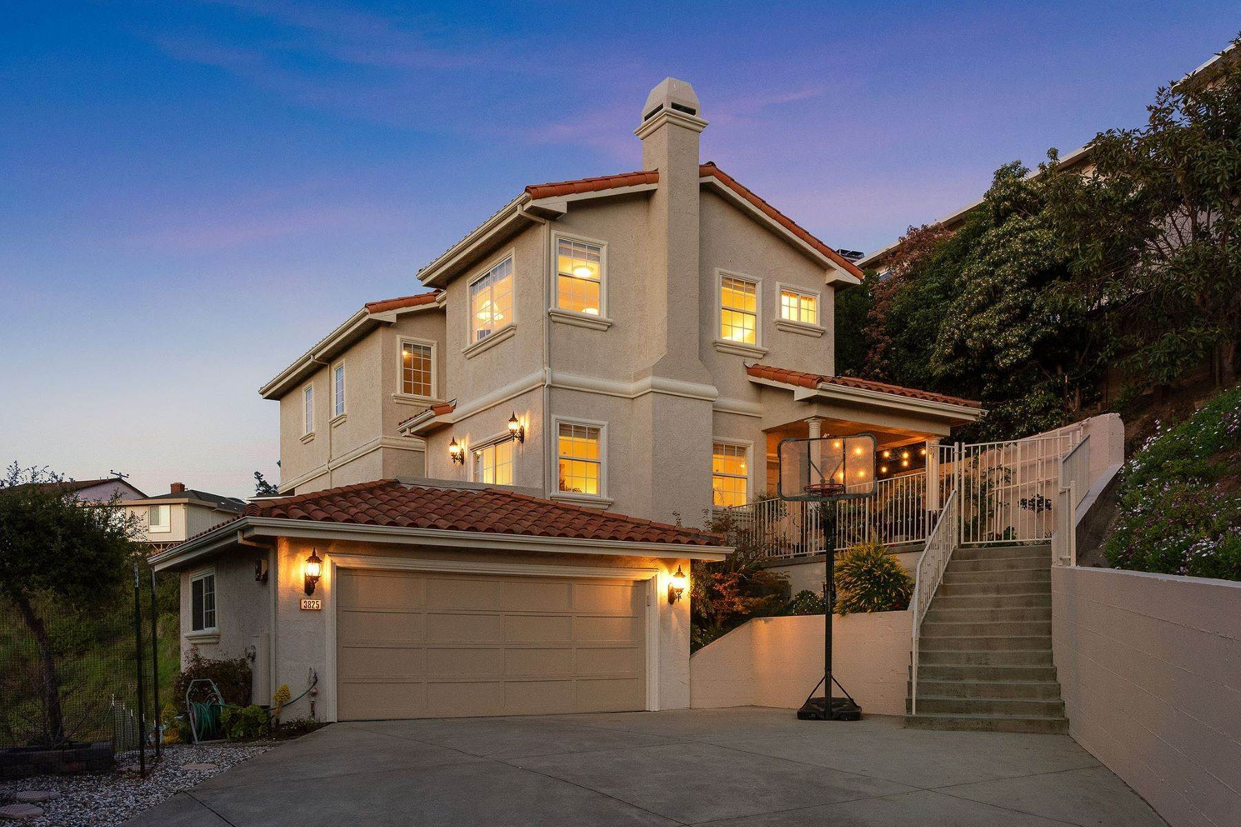 Single Family Homes のために 売買 アット Beautiful View Home On Quiet Street 3825 W Naughton Ave Belmont, カリフォルニア 94002 アメリカ